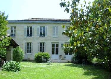 Demeure du XVIIIème siècle au cachet authentique, 350 m2 habitables, belles réceptions, 6 chambres, 3 salles de bains, jardin de charme avec ruisseau....