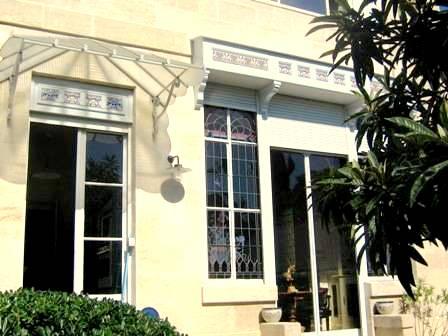 A proximité du Parc Bordelais et de la Barrière du Médoc, découvrez ce magnifique hôtel particulier en pierre avec belle entrée, enfilade salon séjour...