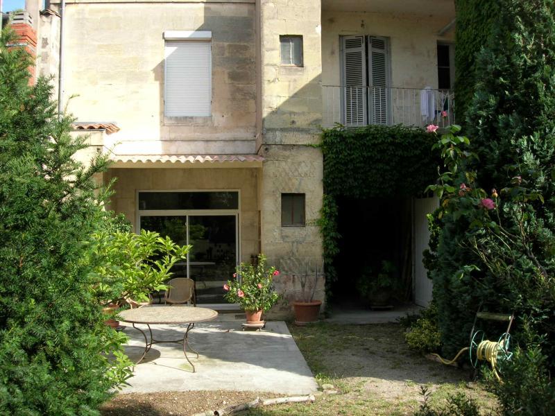 BORDEAUX TONDU,immeuble pierre prestations anciennes conservées. Partie professionnelle possible au RDC + partie habitation à l'étage. Garage plusieur...