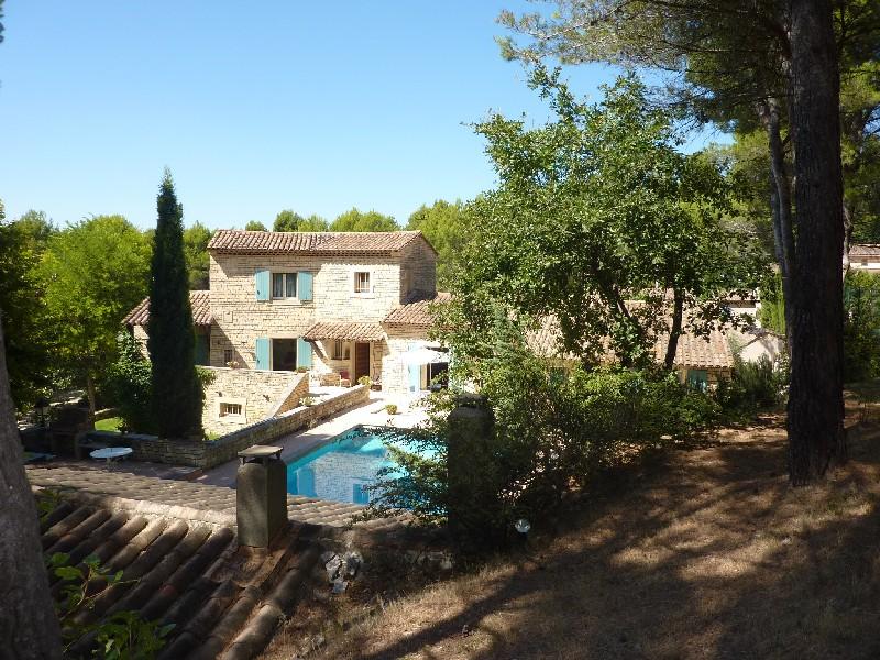 ISLE-SUR-LA-SORGUE, PROPRIETE DE CHARME de 350 m² environ.  Splendide propriété en pierre pleine de charme de 350 m² habitable sur 10 000 m² de terrai...